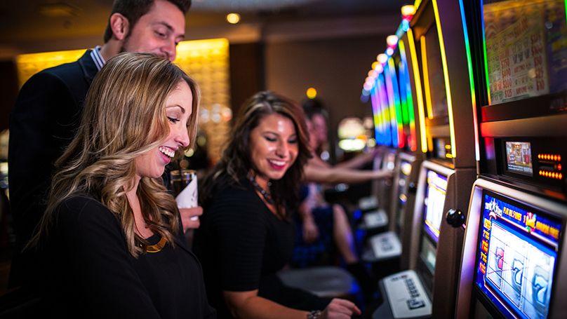 Multipayline slot machines